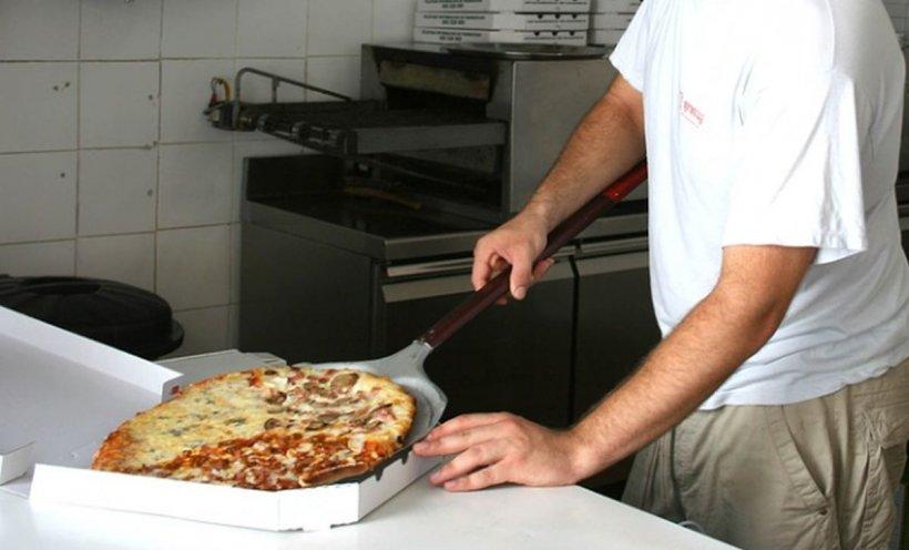 Doi puști din Sălaj au comandat pizza și au fost reținuți imediat după ce le-a venit mâncarea. Motivul pentru care au ajuns după gratii