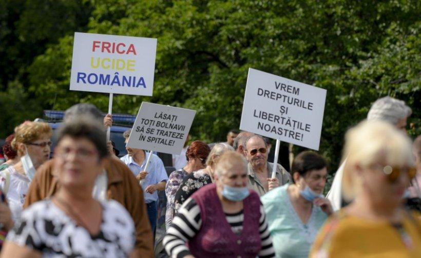 Protest în Piața Victoriei din București. Sute de oameni, fără măști de protecție, manifestează împotriva legii carantinării