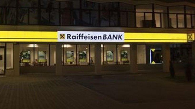 Probleme la Raiffeisen Bank. Mulți români au descoperit că li s-au reținut mii de lei de pe card