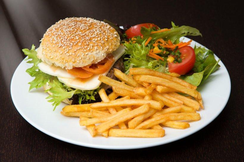 Alarmant! Ce s-a descoperit în cartofii prăjiți de la fast-food! Mori cu zile!