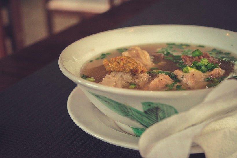 Cea mai bună supă de pui, care se face din doar cinci ingrediente. Este rețeta secretă a unei cunoscute bucătărese