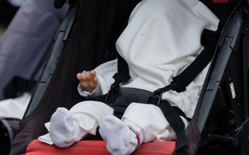 Un copil în cărucior, abandonat în parcarea unui magazin din Constanţa. Ce au descoperit poliţiştii
