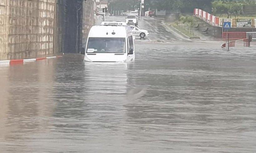 Capitala, paralizată după o ploaie torențială! A plouat în 3 ore cât pentru o lună întreagă