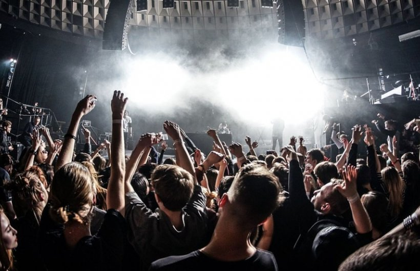 Scandal la un club din Mamaia, din cauza DJ-ului care nu voia să schimbe muzica. Mai mulți oameni au ajuns la spital