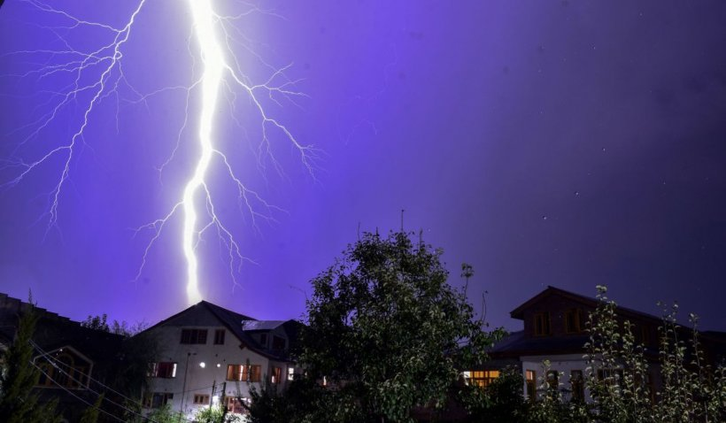 VREMEA extremelor: Cod Portocaliu de furtuni în jumătate de țară. Caniculă, în restul regiunilor