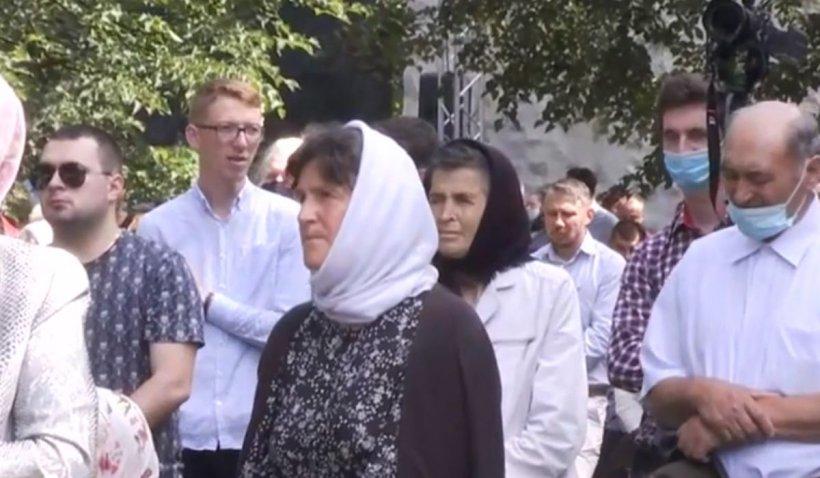 Imagini-șoc la ceremonia întronizării noului Arhiepiscop al Sucevei. Îmbulzeală la mănăstire și binecuvântare la grămadă