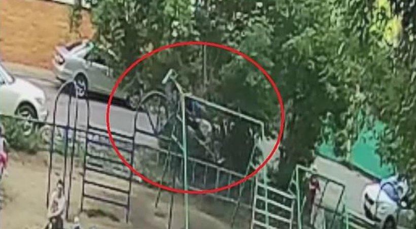 Moment șocant într-un parc de distracții. Doi copii au fost aruncați în aer - VIDEO