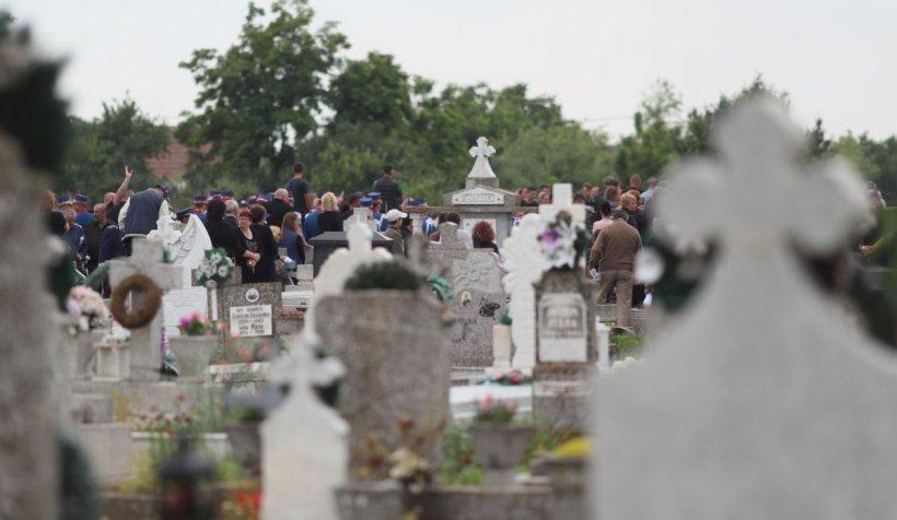 Cum a apărut un preot la înmormântarea unui bolnav de COVID. Poza a devenit virală pe internet - FOTO