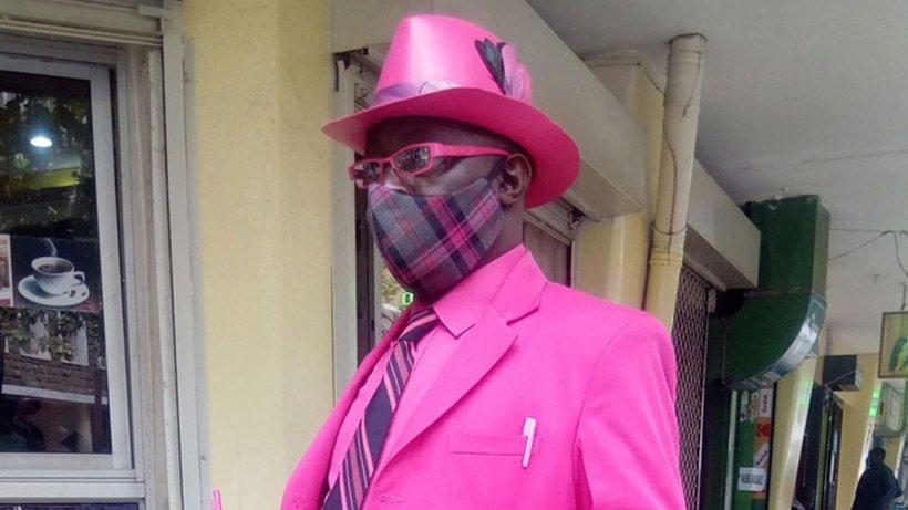 Fotografii virale cu cel mai stilat bărbat de culoare! Are sute de costume şi accesorii în cele mai vibrante culori