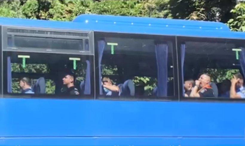 Jandarmi fără mască de protecție, filmați într-un autocar în Suceava