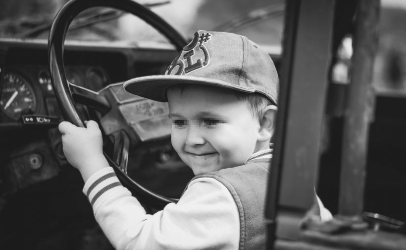 """Un copil de doi ani și-a prins gâtul în geamul mașinii. Medicii: """"Așa ceva vezi doar în filmele horror"""""""