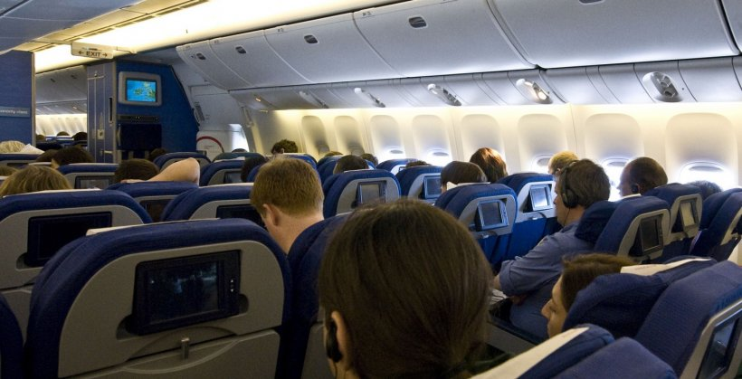 Scandal violent în avion. Doi pasageri băuți s-au luat la bătaie. Motivul e incredibil