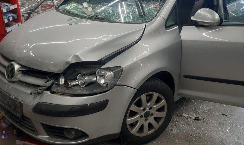 Accident spectaculos în apropierea Capitalei! O șoferiță a intrat cu mașina într-un supermarket