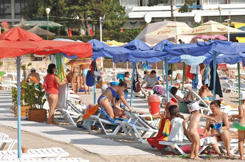 ALERTĂ pe litoral. 10 din cei 17 tineri din Vaslui care s-au distrat la malul mării sunt infectați cu coronavirus