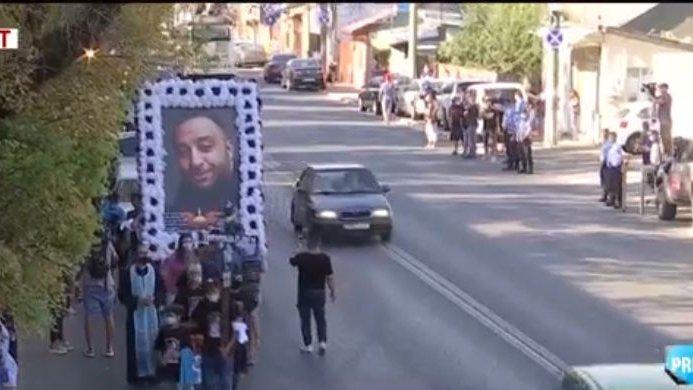 Scandal la cimitir, după înmormântarea lui Emi Pian. La funeralii, au cântat Florin Salam şi Sorin, Copil de Aur - VIDEO