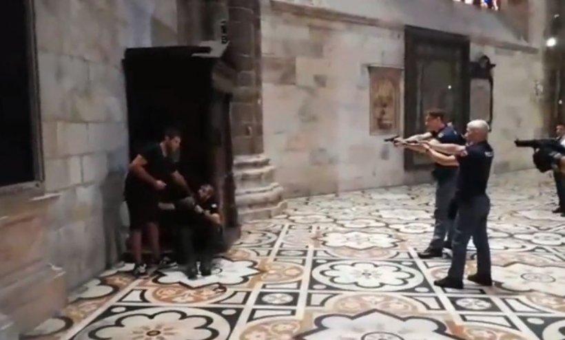 Agent de pază la Domul din Milano, luat ostatic și amenințat cu cuțitul. Imagini șocante din timpul intervenției!