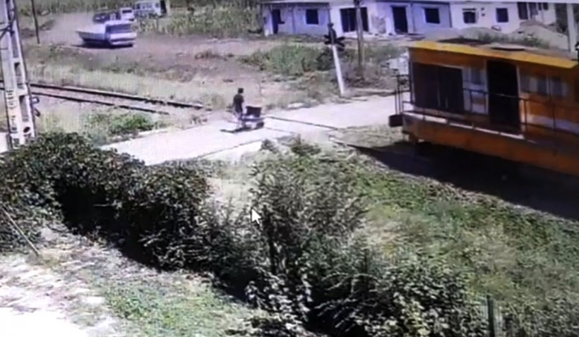 Copil de 11 ani, din Botoșani, omorât de tren în timp ce muncea. Tragedia a fost surprinsă de o cameră de supraveghere
