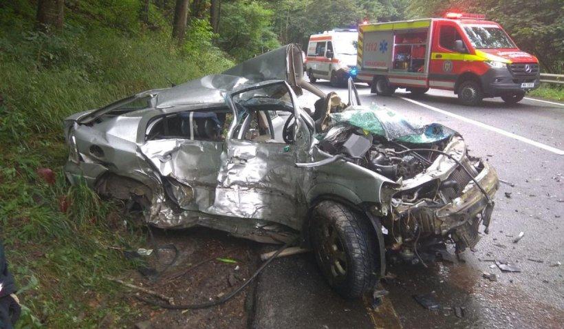 Doi oameni au murit striviți de un TIR într-o mașină, în Oituz, Covasna