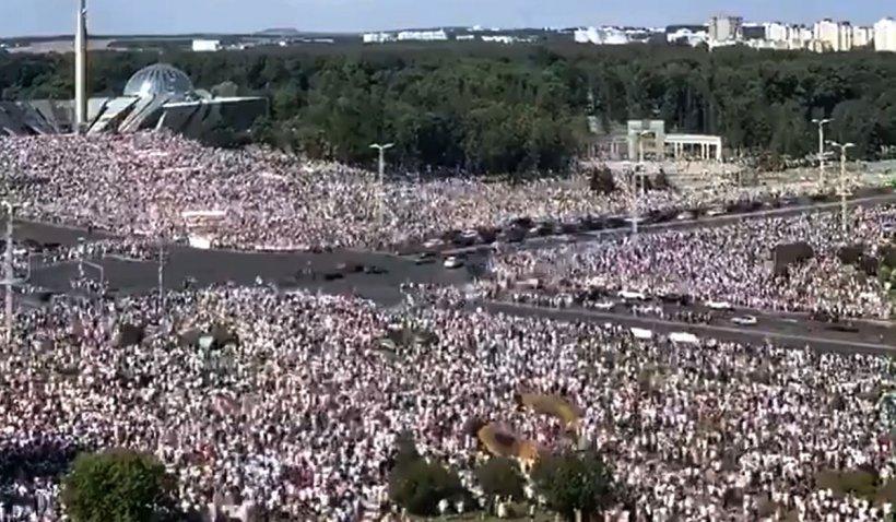 Sute de mii de oameni au ieșit pe străzile din Belarus și cer demisia președintelui Lukașenko
