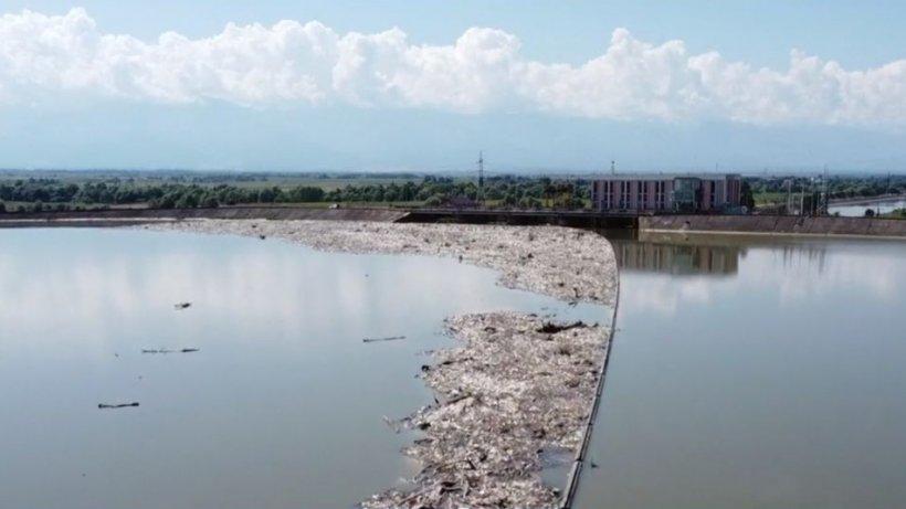 Dezastru ecologic! Judeţul în care mirosul tonelor de gunoaie este greu de suportat