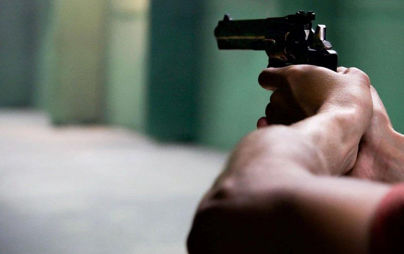 Un nou asasinat între interlopi. A fost împușcat în cap chiar de cel cu care lua masa