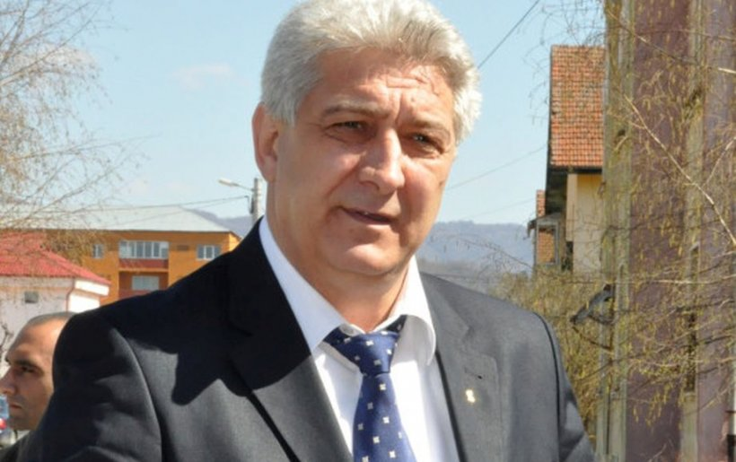 Un primar prins cu şpaga în seiful casei intră din nou în bătălia electorală, după ce a ieşit din arest