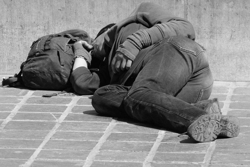 Zeci de persoane fără adăpost dorm pe stradă în Marea Britanie, pe una dintre cele mai exclusiviste străzi din Londra. Mulți dintre aceștia ar putea fi români