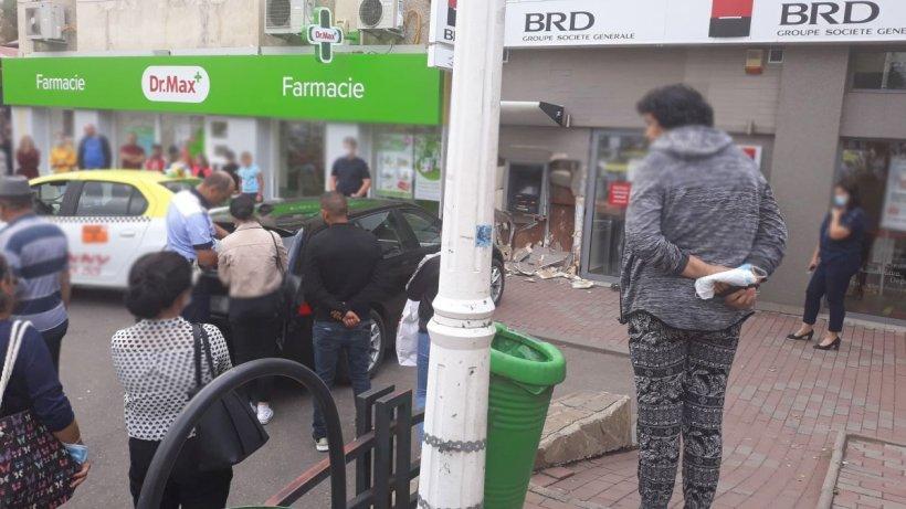 Tânăr din Piatra Neamț, strivit în bancomatul de pe trotuar de o şoferiţă  care a încurcat frâna cu acceleraţia