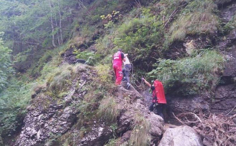 Doi tineri urcau pe Valea Jepilor când au început să vomite. Părinții au chemat imediat salvatorii montani. Ce au pățit