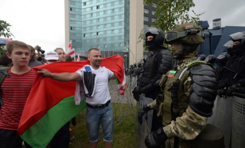 Mii de oameni au ieşit pe străzile din Minsk. Peste 100 de protestatari au fost reținuți