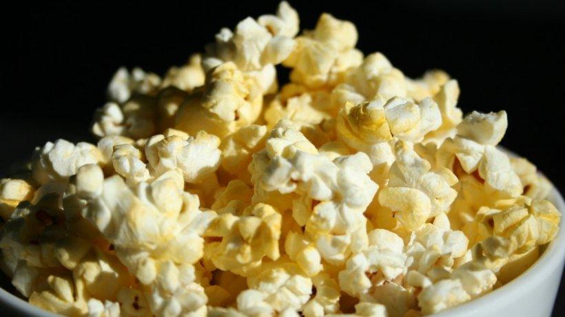 Un băiat a murit după ce a mâncat popcorn la cinema! Cine este de vină pentru moartea tânărului