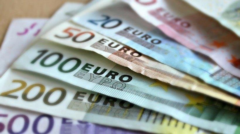 Euro, maxim istoric pentru a zecea oară anul acesta. Analiștii explică devalorizarea monedei naționale