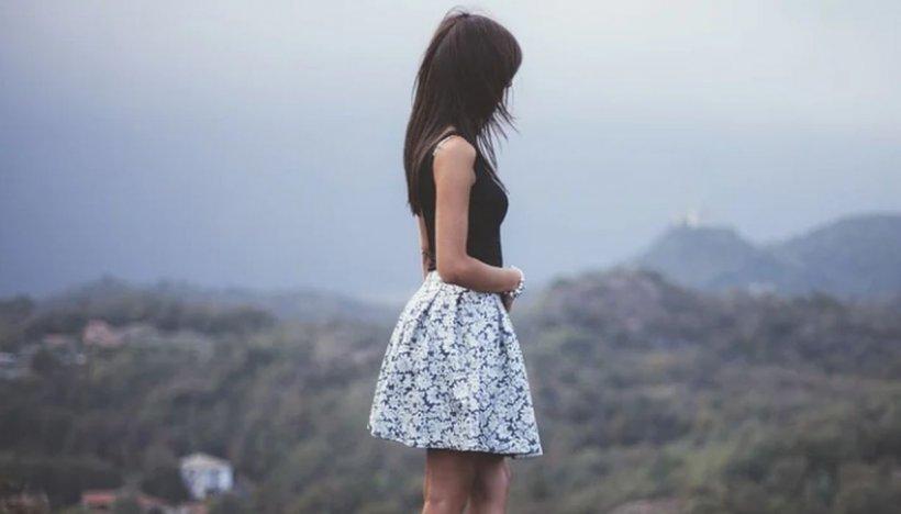 """Fete sărace recrutate de proxeneți prin metoda """"loverboy"""". Zeci de percheziții în România și Marea Britanie"""