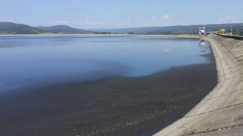 Poluare uriașă! O peliculă neagră de un kilometru a apărut pe un lac din România