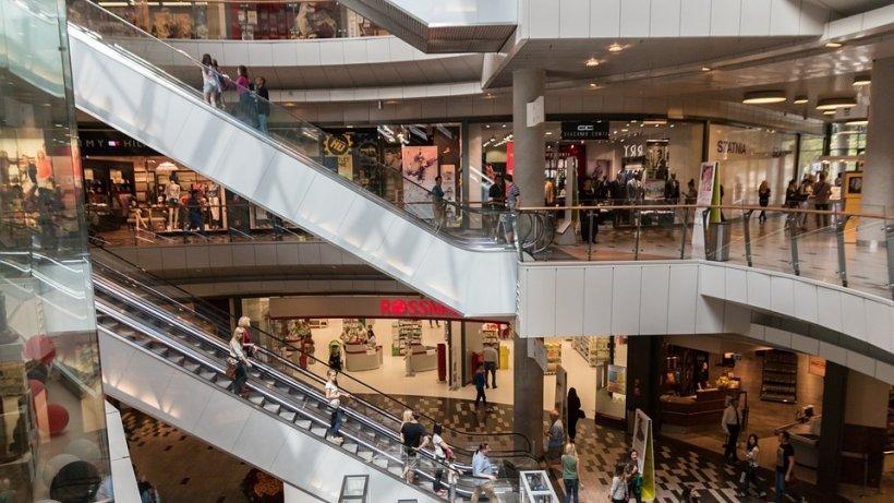 O femeie care a alunecat în baia unui mall din Capitală a primit despăgubiri de peste 78.000 lei