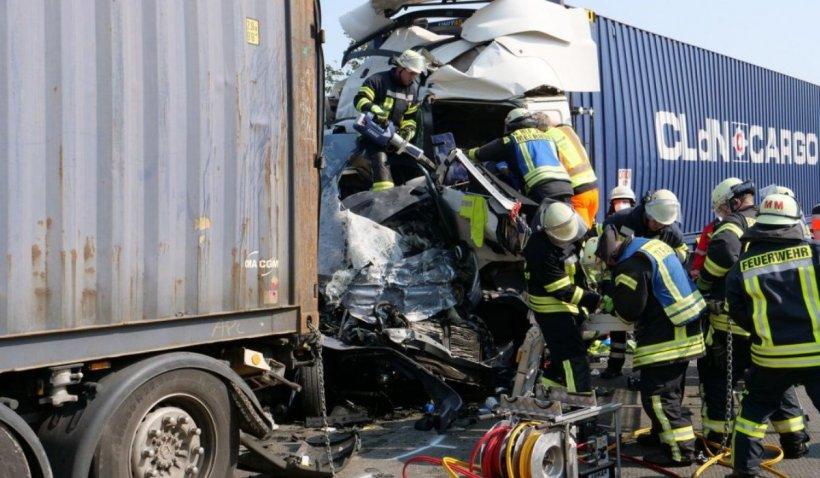 Patru români au murit striviți într-un microbuz distrus între două TIR-uri românești, pe o autostradă în Germania