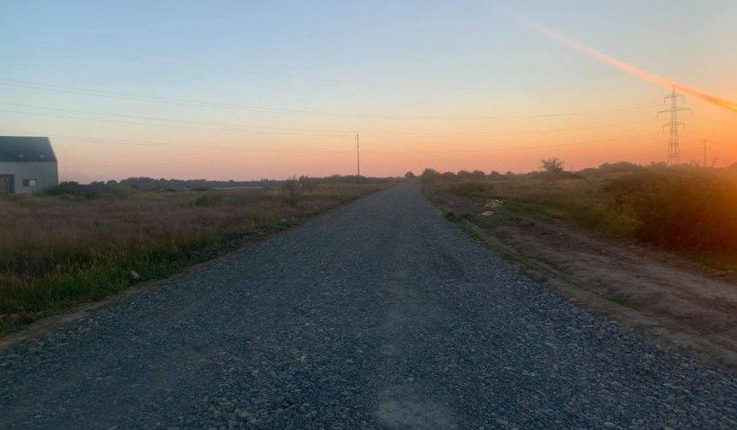 Primarul PNL din Moșnița Nouă, acuzat că a asfaltat un câmp pentru a crește prețul terenului