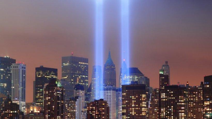 Se împlinesc 19 ani de la atentatele care au schimbat lumea. Două raze de lumină amintesc acum de Turnurile Gemene căzute în 2001