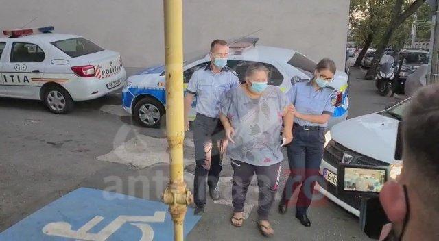 Femeia care şi-a torturat fetiţa de 5 ani, reţinută de poliţişti. Primele imagini cu mama bătăuşă