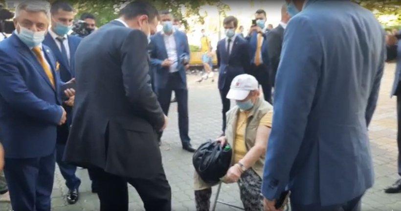 Câţi bani a scos din buzunar Orban la Piteşti, pentru a se cântări pe stradă