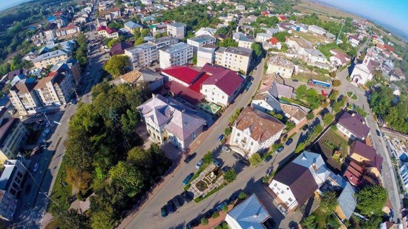 Un oraș cu mii de locuitori din România se închide din cauza COVID! Restaurantele pun lacătul, școlile trec în scenariul roșu
