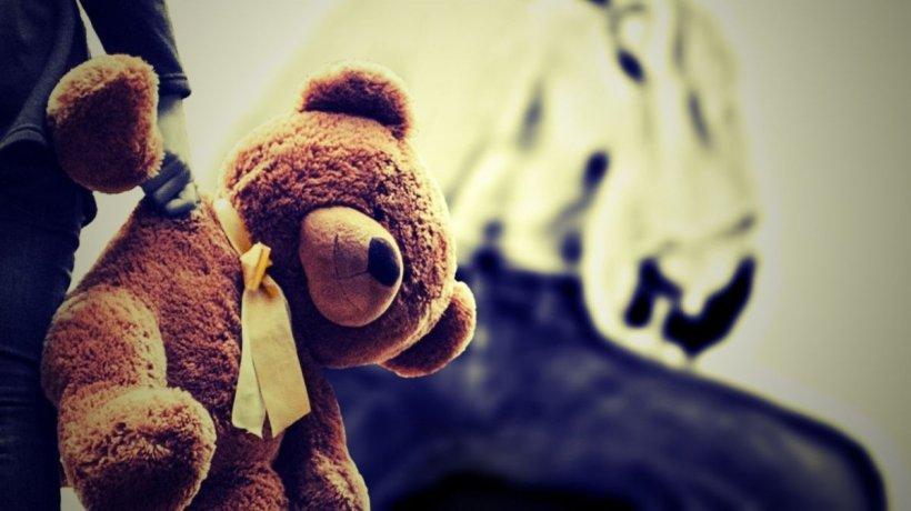 Fetițe de cinci ani obligate să întrețină relații sexuale de către asistenții maternali, în Argeș