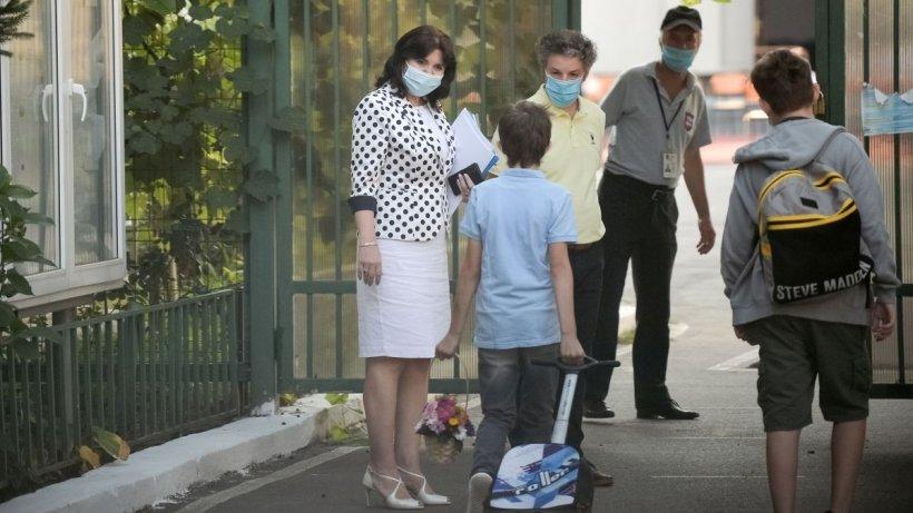 Peste 10.000 de părinți cer demisia ministrului Monica Anisie