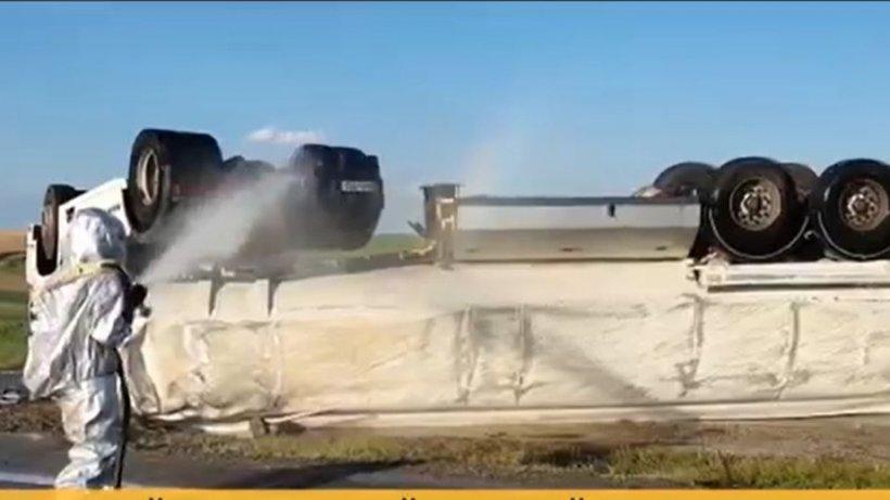 Risc enorm de explozie! O cisternă cu o substanță periculoasă s-a răsturnat