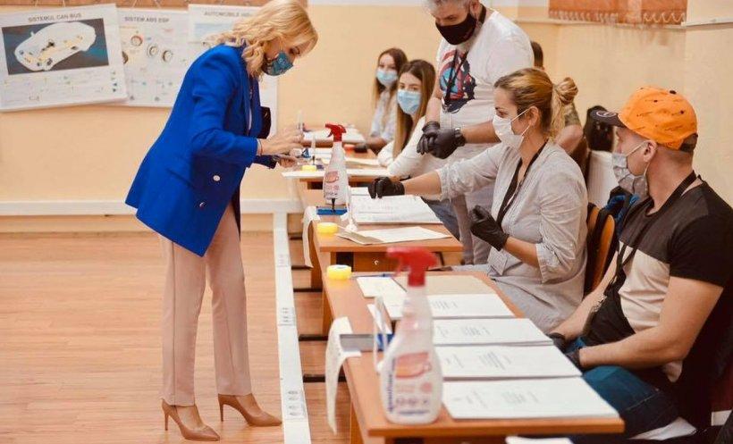 """Gabriela Firea, primul votant din secţia la care a mers. """"Cei importanţi sunt oamenii. De mâine, tot la muncă"""""""