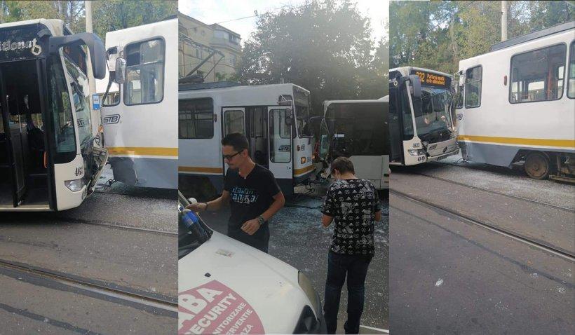 Şoferul unui autobuz a intrat în plin într-un tramvai, în Bucureşti. Geamuri sparte şi zeci de călători panicaţi