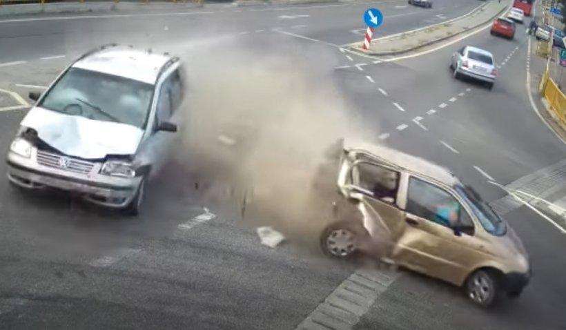Accident mortal suprins de camerele de supraveghere, în judeţul Dolj. O femeie a fost strivită între portbagaj şi scaunul din faţă