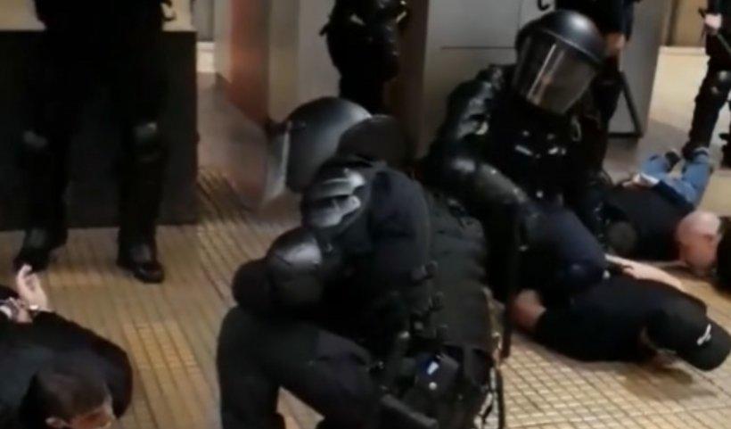 Bătaie la metrou între jandarmi și suporteri steliști. Doi jandarmi au fost răniți