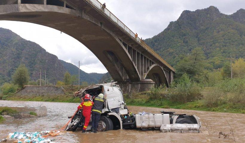 Moarte groaznică pentru un șofer de TIR. S-a prăbușit de la înălțime cu mastodontul în albia râului