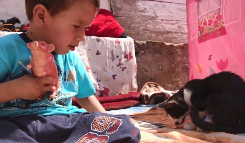 Cristian, copilul crescut de bunici, are o nouă șansă să meargă pentru prima dată în viață
